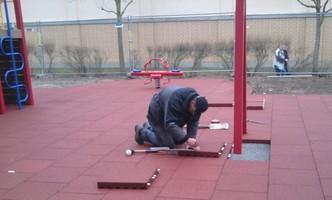 Bodenlegung Außen, Praktikant Debus, Fallschutzmatte Spielplatz